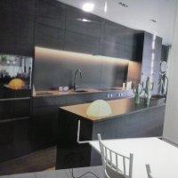 Decoração de ambiente com aplicação de adesivo com imagem impressa em parede de alvenaria